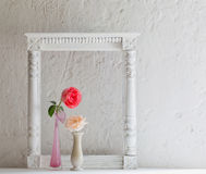 Rose in vaso su vecchio fondo bianco Fotografia Stock Libera da Diritti