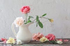 Rose in vaso su vecchio fondo bianco Fotografie Stock Libere da Diritti