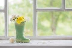 Rose in vaso sul davanzale della finestra Fotografia Stock Libera da Diritti