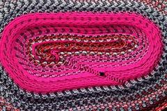 Rose vif avec le blanc et le bleu marine roulés vers le haut du tissu péruvien pour le fond, texture photo stock