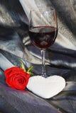 Rose, vin et coeur sur le fond argenté Photos stock