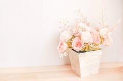 Rose Wedding Bridal Bouquet cor-de-rosa artificial colorida cor pastel em f imagens de stock