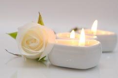 Rose White och stearinljus Arkivfoto