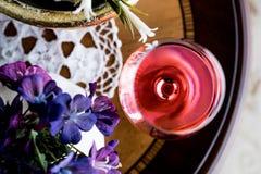 Rose Wine com luz natural das flores Foto de Stock Royalty Free