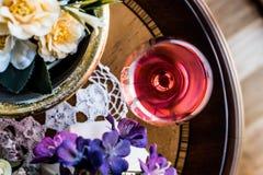 Rose Wine com luz natural das flores Fotos de Stock