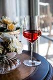 Rose Wine com luz natural das flores Imagens de Stock