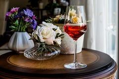 Rose Wine com luz natural das flores Imagens de Stock Royalty Free