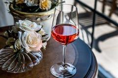 Rose Wine com luz natural das flores Imagem de Stock Royalty Free