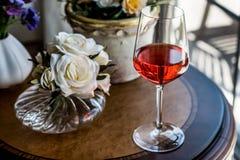 Rose Wine com luz natural das flores Fotografia de Stock Royalty Free