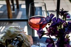 Rose Wine com luz natural das flores Fotografia de Stock