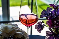 Rose Wine com luz natural das flores Foto de Stock