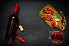 Rose Wine con Bruschetta Imágenes de archivo libres de regalías