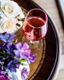 Rose Wine con la luce naturale dei fiori Fotografia Stock Libera da Diritti