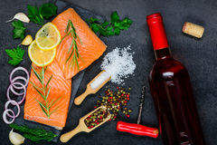 Rose Wine con Salmon Fish Fillet Foto de archivo