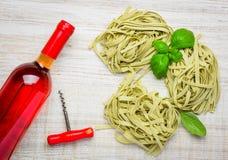 Rose Wine e pasta italiana di tagliatelle di verde Fotografia Stock