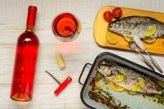 Rose Wine e pesce cucinato della trota Fotografie Stock
