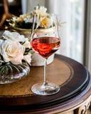 Rose Wine met bloemen natuurlijk licht stock afbeeldingen