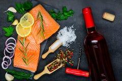 Rose Wine met Salmon Fish Fillet Stock Foto