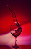 Rose Wine Tempting Abstract Splashing rouge sur le fond de gradient des couleurs roses et rouges blanches sur le réfléchi Photo libre de droits