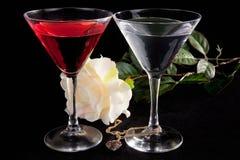 Rose y dos vidrios de cocteles foto de archivo libre de regalías