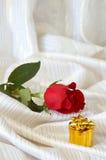 Rose y joyería en cama Imagen de archivo
