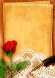Rose y pergamino rojos Fotos de archivo libres de regalías