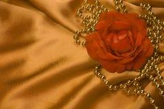 Rose y perlas en el satén Foto de archivo libre de regalías