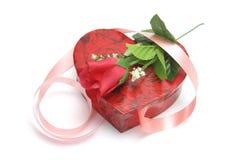 Rose y rectángulo de regalo en forma de corazón fotos de archivo
