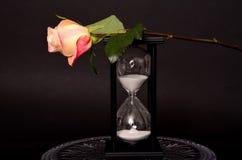 Rose y vidrio de la hora Imagenes de archivo