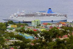 Roseau em Domínica com um navio de cruzeiros no porto Imagens de Stock Royalty Free