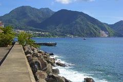 Roseauwaterkant in Caraïbisch Dominica, stock afbeelding