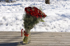Roseblumenstrauß auf dem Schnee Stockfoto