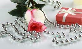 Rosebud und Geschenk Lizenzfreies Stockbild