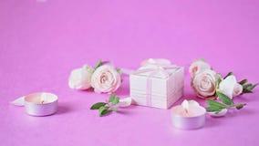 Rosebuds, bloemblaadjes op een roze achtergrond Concept voor een groetkaart Huwelijken, de Dag van Valentine, Verjaardag stock footage