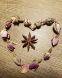 Rosebuds que colocam no heartshape Foto de Stock