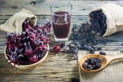 Roselle frais, roselle sec et jus de roselle sur une table en bois Photo libre de droits