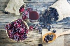 Roselle frais, roselle sec et jus de roselle sur une table en bois Photographie stock libre de droits
