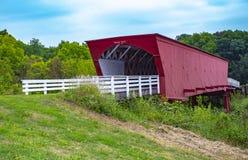 Roseman täckte bron i Iowa royaltyfri foto