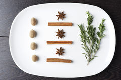Rosemary και καρυκεύματα σε ένα πιάτο Στοκ Φωτογραφία