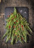 Rosemary Christmas-boom met rode Spaanse peperdecoratie Stock Foto