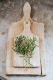 Rosemary en el tablero de madera Foto de archivo libre de regalías