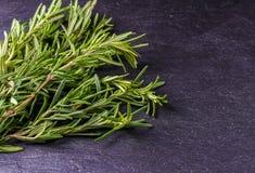 Rosemary en thyme op de zwarte achtergrond, hoogste mening stock afbeeldingen