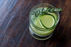Rosemary Gin Gimlet Cocktail com fatia do pepino fotos de stock