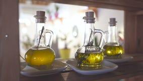 Rosemary kruid in een fles olijfolie Olijfolie met kruiden stock videobeelden