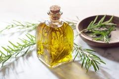 Rosemary olie Olijfolie met rozemarijnkruiden voor het koken Gegoten olie met aromatische kruiden stock fotografie
