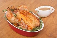 Rosemary Turkey asada en un plato con salsa imagen de archivo