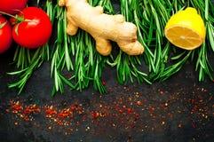 Rosemary und Bestandteile auf rustikalem Hintergrund der Weinlese Metall Gesundes Essenkonzept lizenzfreie stockfotografie