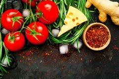 Rosemary und Bestandteile auf rustikalem Hintergrund der Weinlese Metall Gesundes Essenkonzept stockfoto