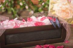 Rosen-Abfall der Blumenblätter zum Boden Stockbild