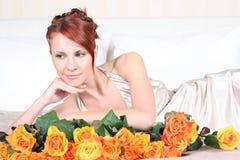 Rosen auf Bett stockfoto